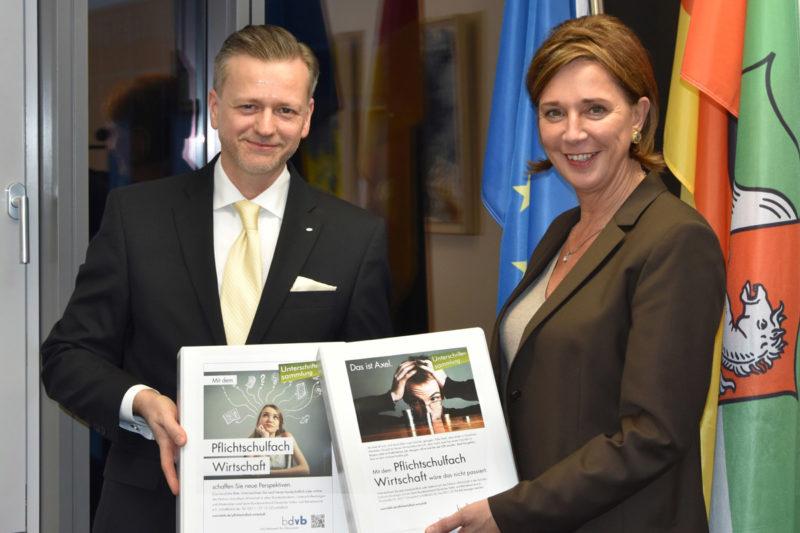 bdvb-Präsident Malcolm Schauf und NRW-Schulministerin Yvonne Gebauer, News 1/2018